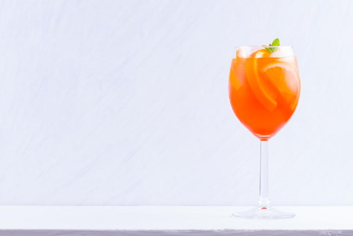ワイングラスに入ったオレンジ色のカクテル