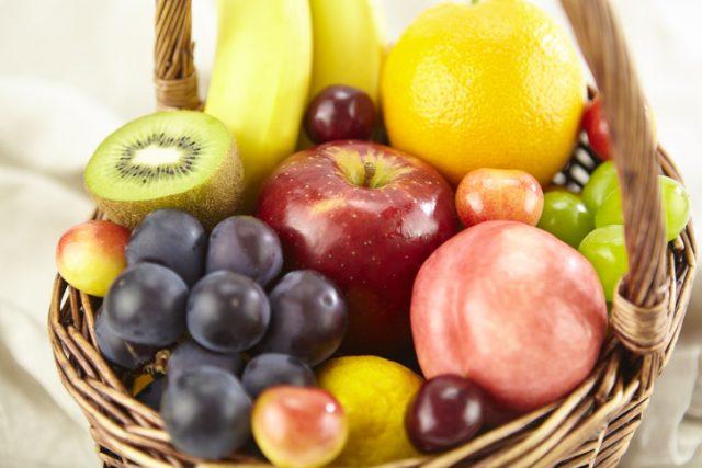 バスケットにいろんなフルーツが盛られている