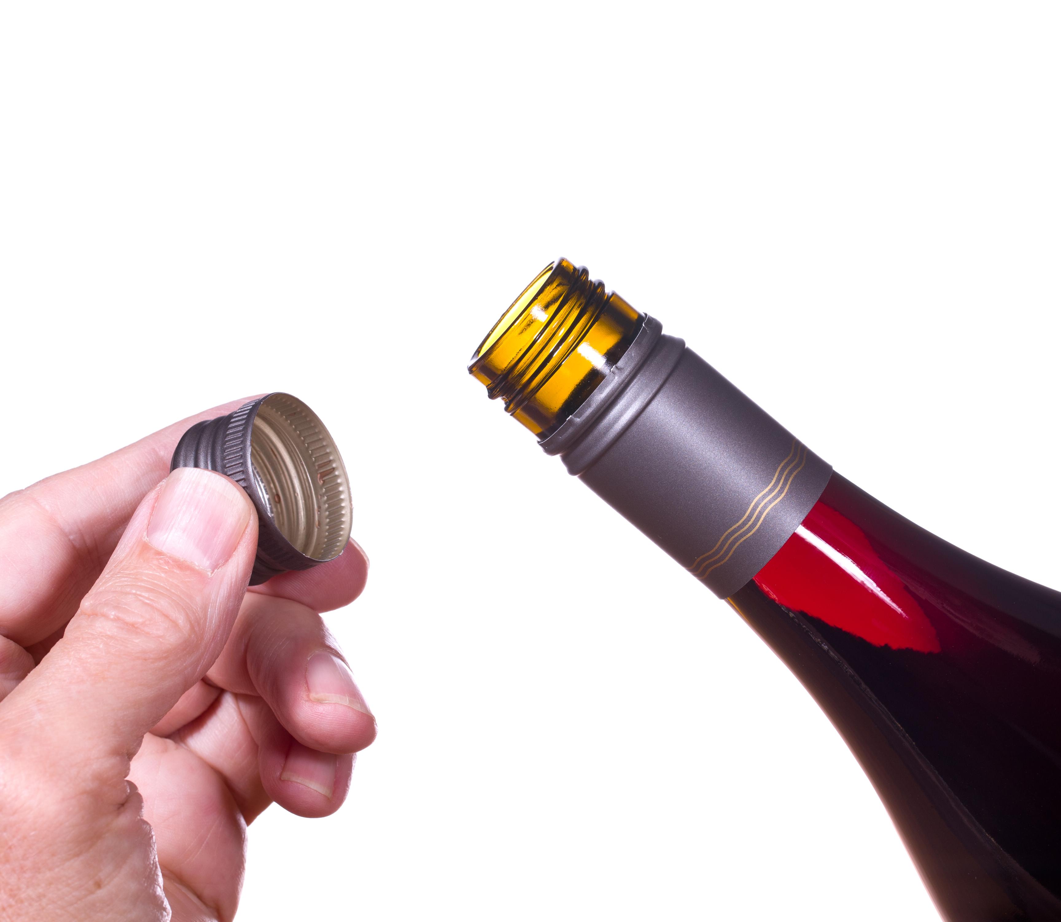 ワインのスクリューキャップを開けている様子