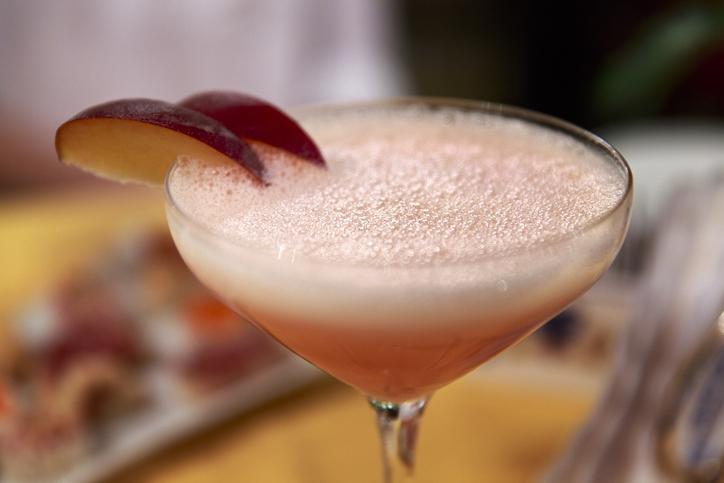 グラスに注がれたピンク色のカクテル