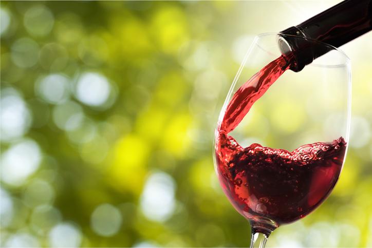 ワイングラスに赤ワインを注ぐ様子