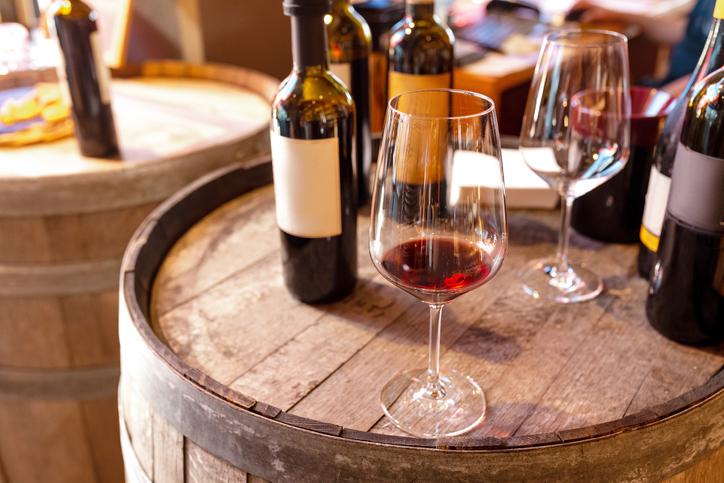 樽の上にワインとワイングラス