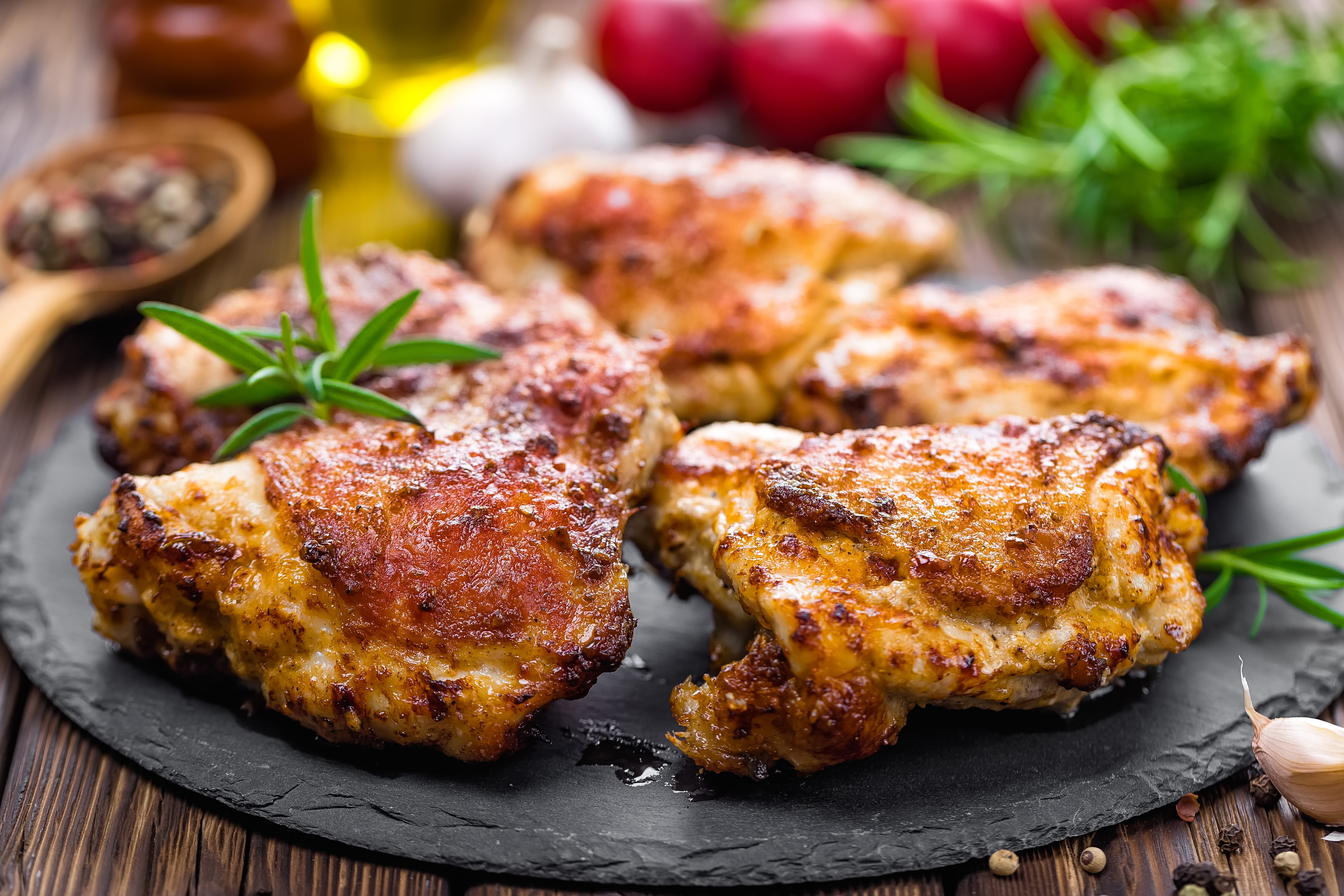 プレートの上に盛られた鶏肉のグリル