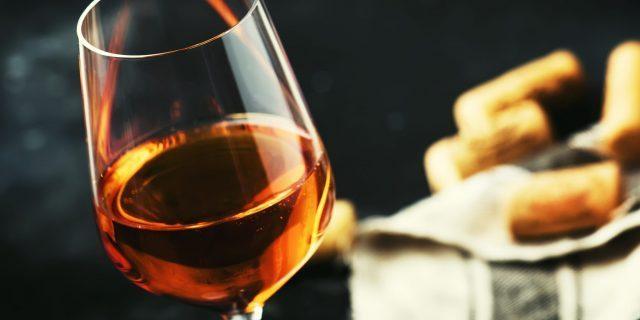 貴腐ワインがグラスに注がれている