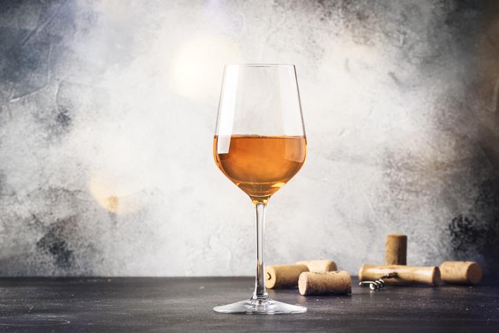 グラスに入ったオレンジワイン