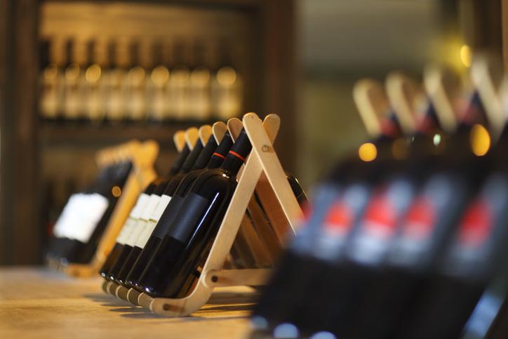 ワインボトルがお店に並ぶ