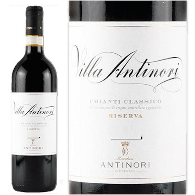 緑の瓶にヴィラアンティノリと描かれている白いラベルのキャンティワイン