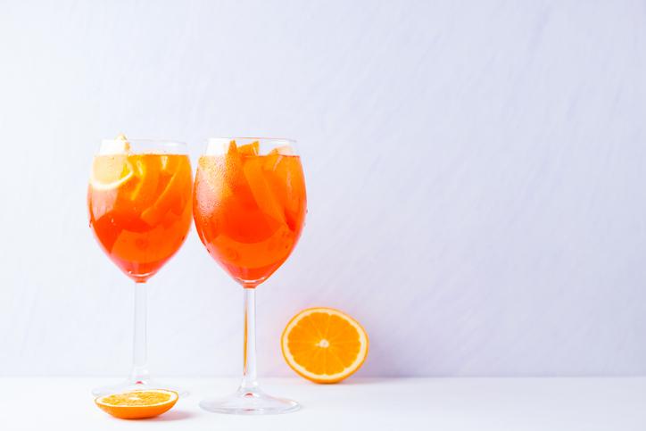 オレンジカクテルのグラス2つ