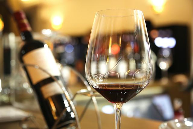 赤ワインが入ったグラスと赤ワインボトル