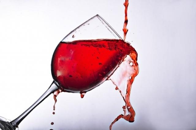 グラスにロゼワインが注がれている
