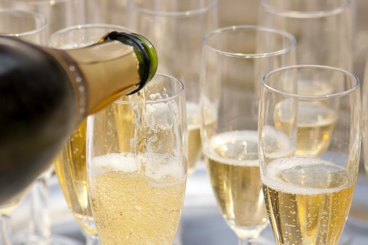 シャンパンがグラスに注がれる