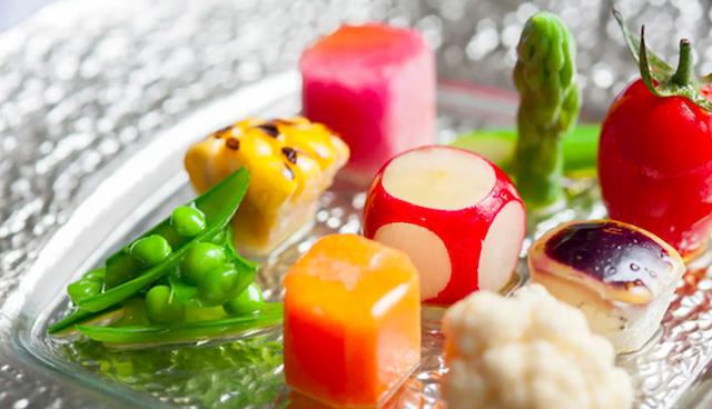 ガラスのお皿に盛られた野菜の前菜