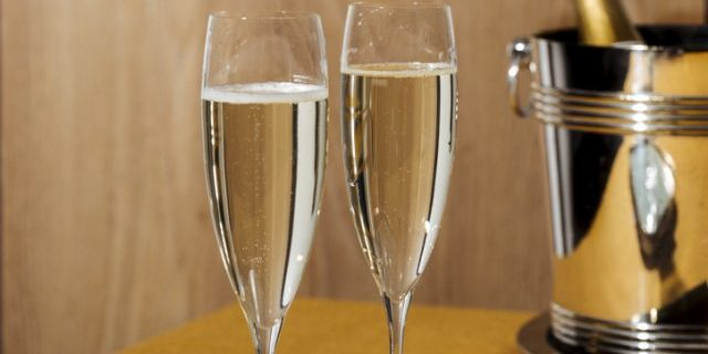2つのグラスに注がれたスパークリングワイン