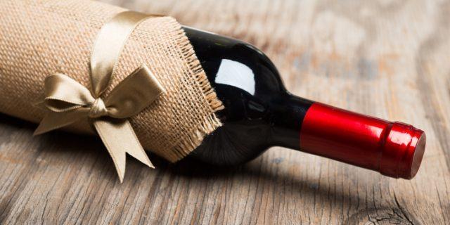 ワインのプレゼントが机に転がる