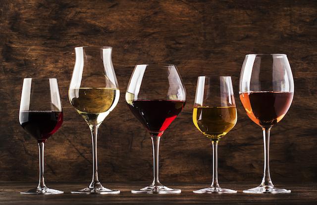 赤ワインと白ワインのグラスワインが5種類並んでいる