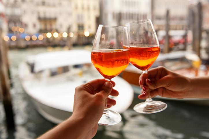 ワイングラス2つで乾杯