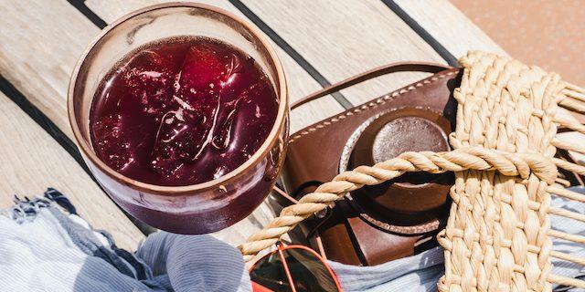 籠バックとサングラスとかち割りワインが置いている様子