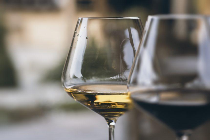 白ワインと赤ワイングラス