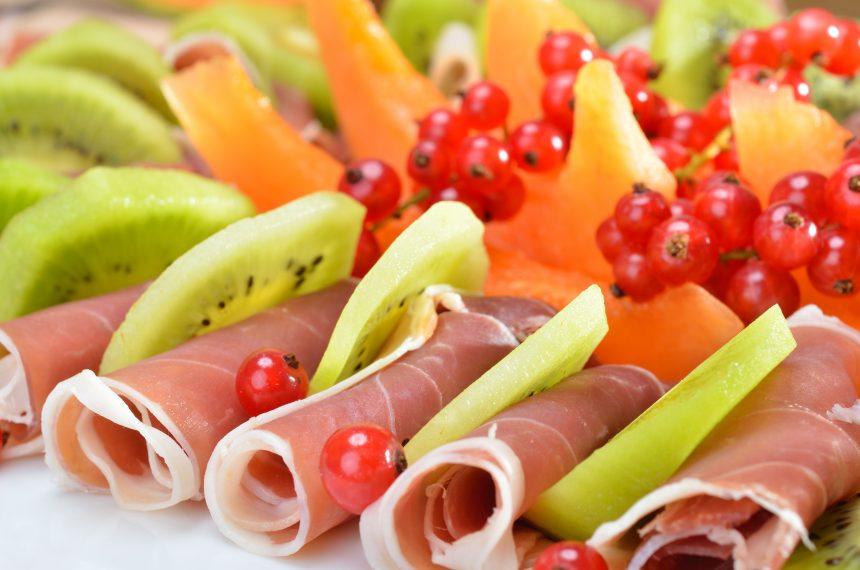 皿に盛られた生ハムやキウイなどのフルーツ