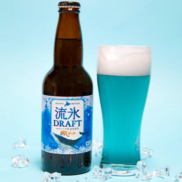 グラスに注いだ流氷ドラフトとビン