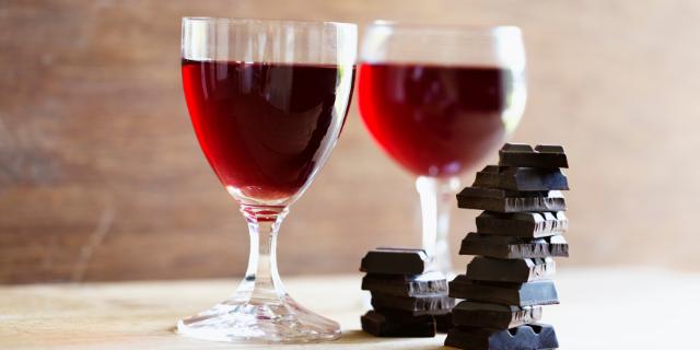 赤ワインが入った2つのグラスと積まれたチョコレート