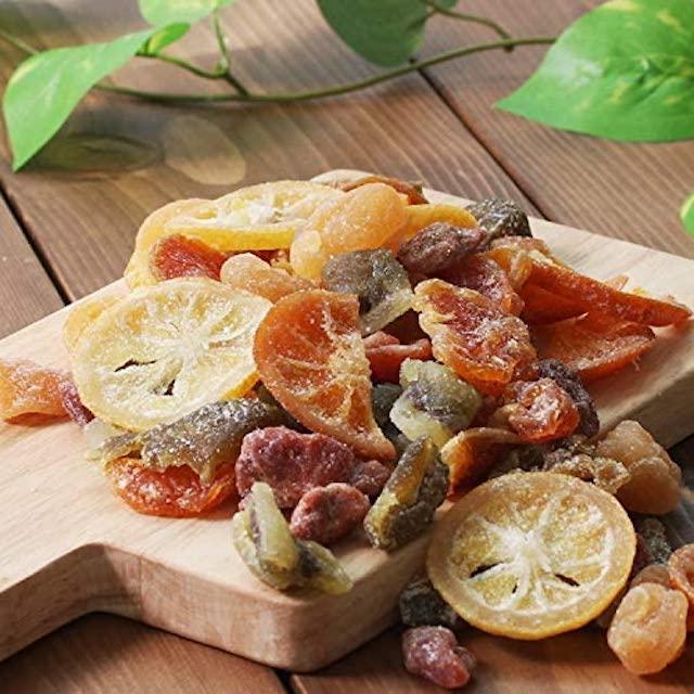 木のボードに盛られたドライフルーツ