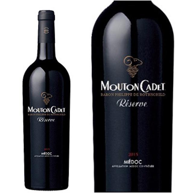 緑色の瓶にぶどうの絵とMOUTON CADETと表記された黒いラベルの赤ワイン