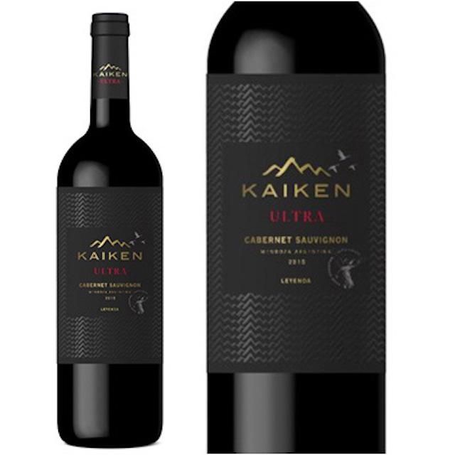 緑色の瓶にKAIKENと表記され、山脈のイラストが描かれた黒いラベルの赤ワイン