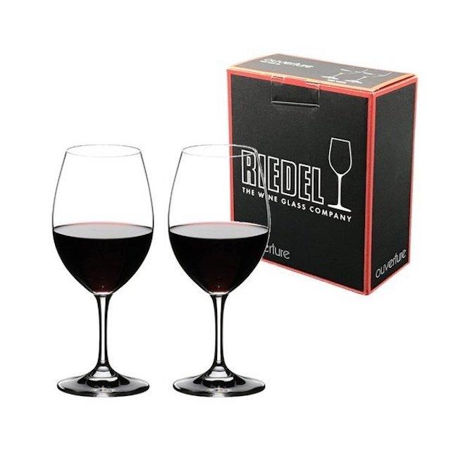 リーデルの箱の前におかれた赤ワインが注がれたワイングラス2脚