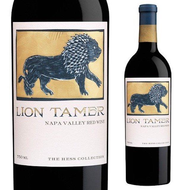 緑色の瓶にLION TAMERのロゴとライオンの絵が入った白いラベルの赤ワイン