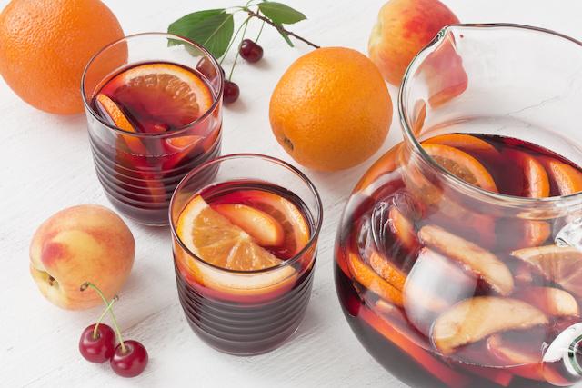デキャンタとグラスに入った赤ワインベースのサングリア
