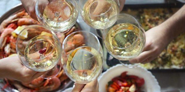 白ワインで乾杯する人