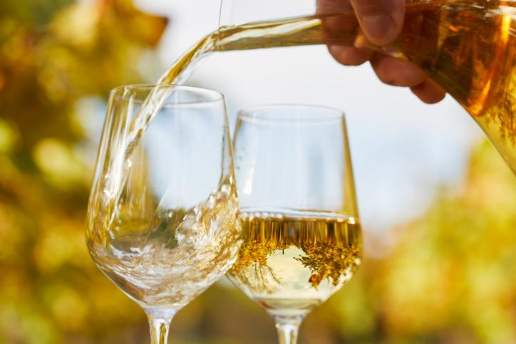 白ワイングラスにワインが注がれる