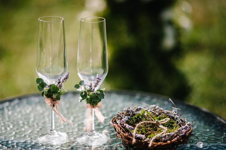 花で装飾された2つのシャンパングラス
