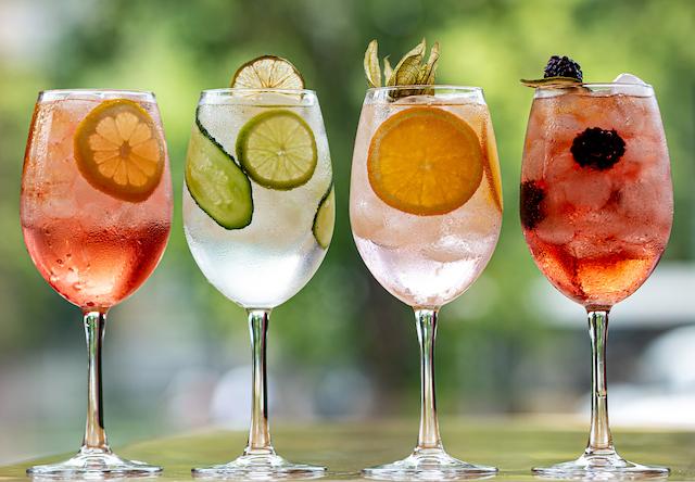 4種類のサングリアが入ったワイングラス