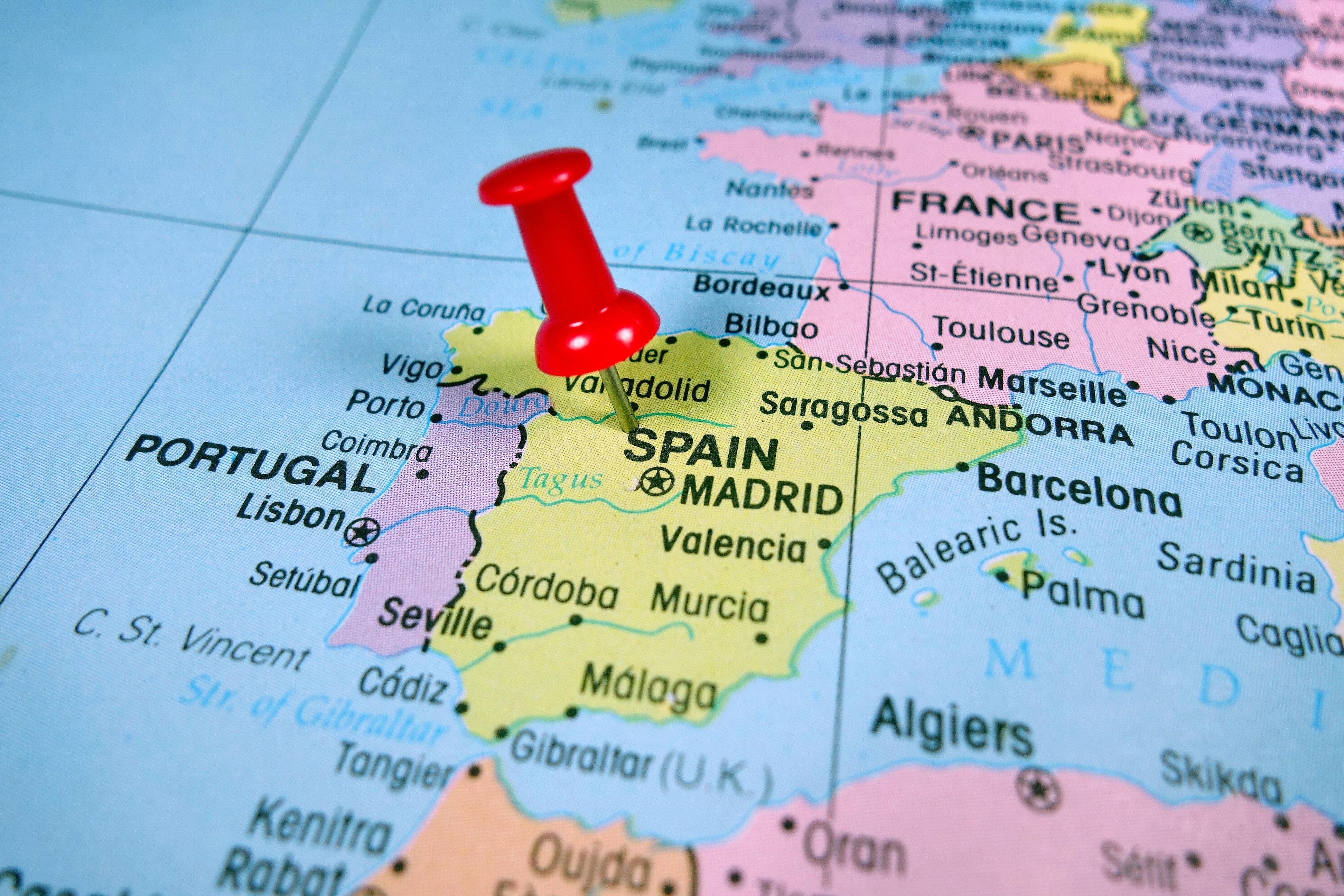 スペインに赤ピンを刺している地図