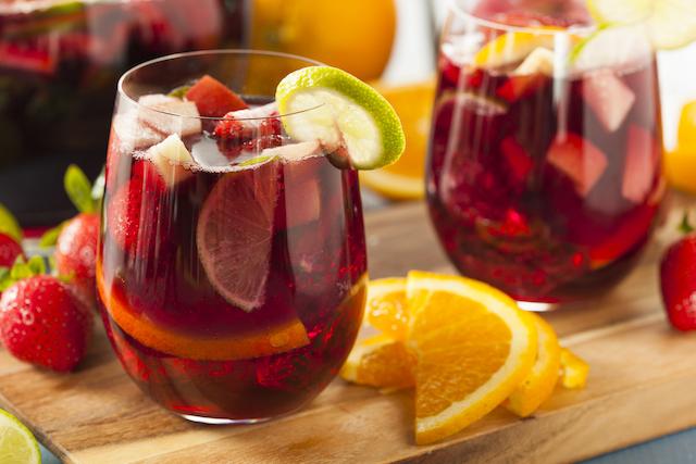 グレープフルーツやライムが入った赤ワインベースのサングリア