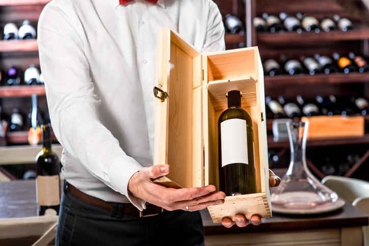 ソムリエがワインを紹介する