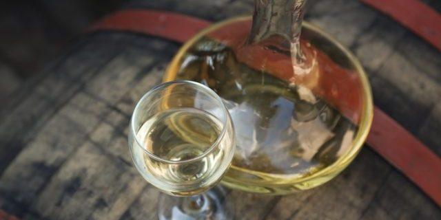 デキャンタした白ワイン