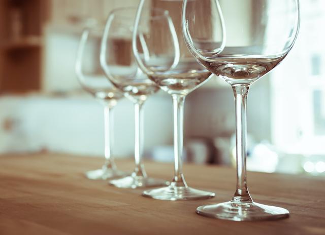 テーブルの上におかれたワイングラス4脚