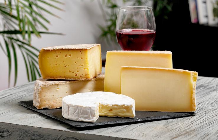 ストーンプレートに盛られたナチュラルチーズ