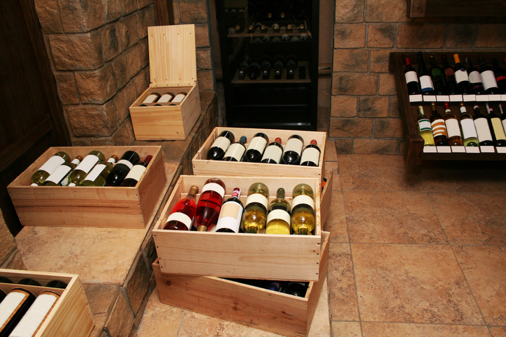ワインが木箱に入れて保管されている