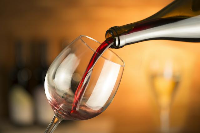 ワイングラスに赤ワインを注いでいる様子