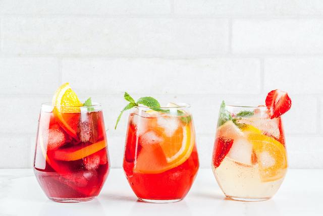 3種類のサングリアが入ったグラス