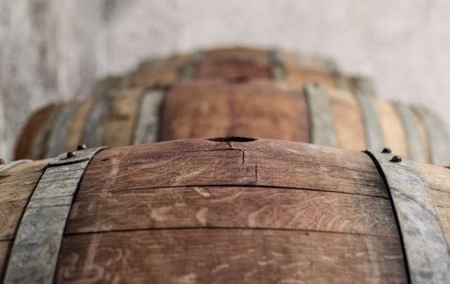横置きされた古い樽が並ぶ様子