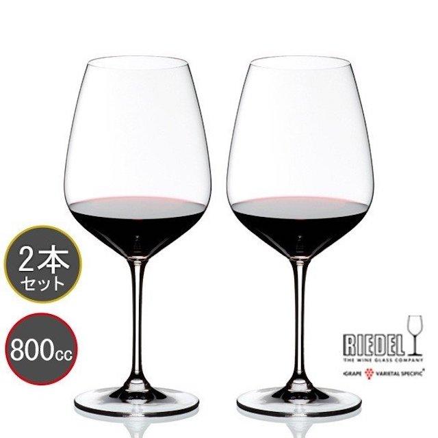 赤ワインが注がれた赤ワイン用グラス2脚