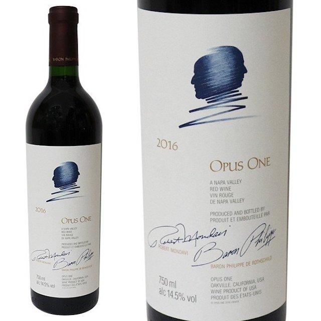 緑色の瓶に2人の横顔のイラストが描かれた白いラベルの赤ワイン