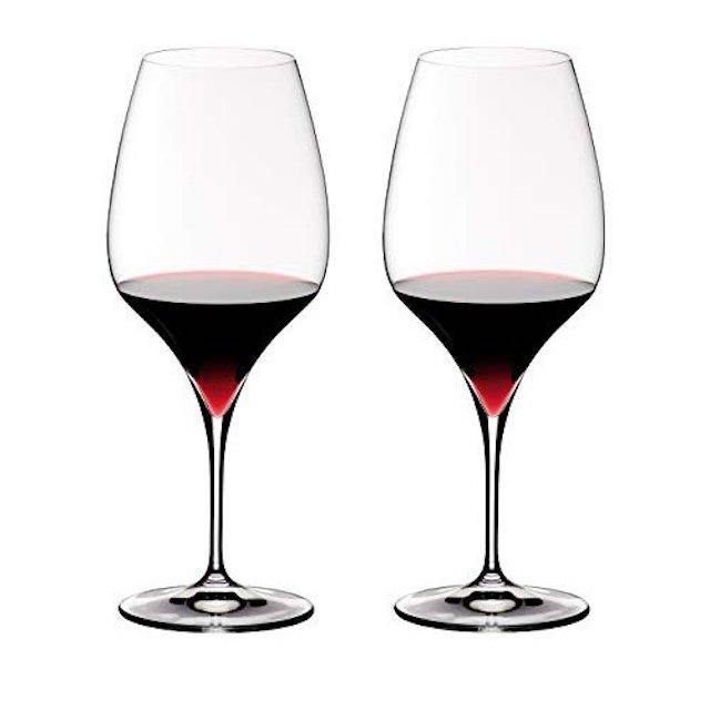 赤ワインが注がれたV字型赤ワイン用グラス2脚