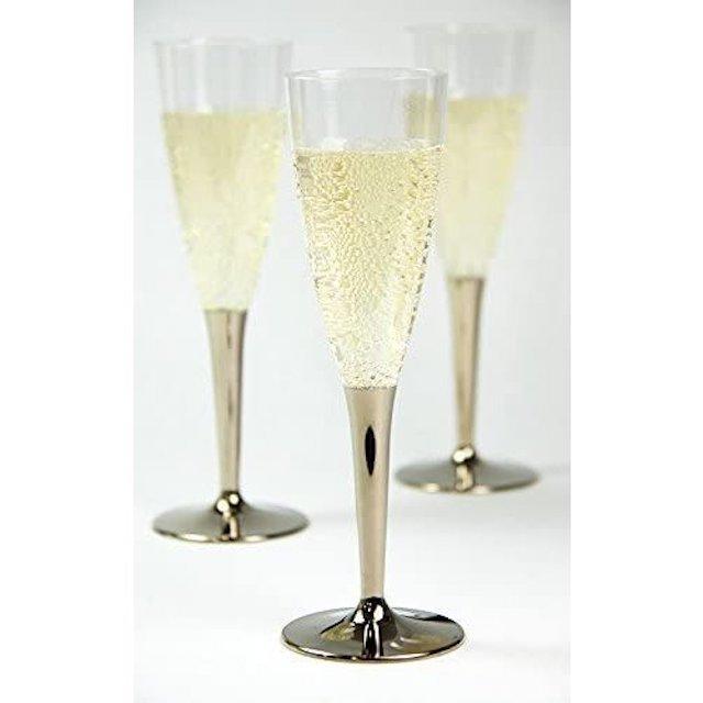 3脚並んだプラスチック製シャンパングラス