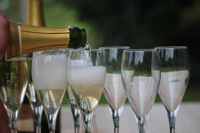 シャンパングラスにシャンパンを注いでいる様子
